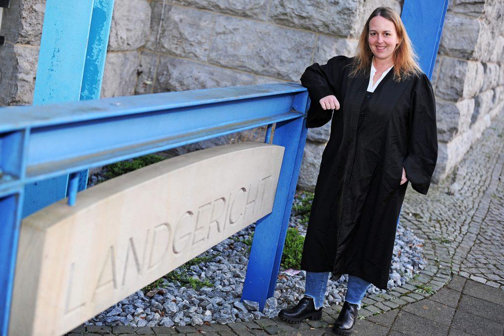 Rechtsanwältin Stefanie Boss vor dem Landgericht Bielefeld