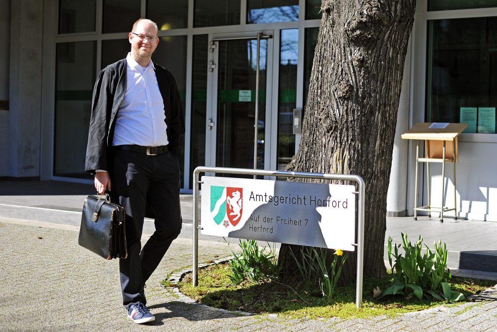Rechtsanwalt Thomas Meyer vor dem Amtsgericht Herford